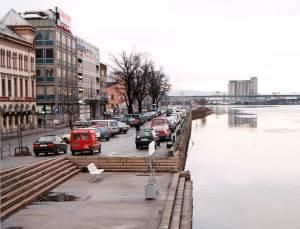 Før var det parkeringsplasser ved elven.