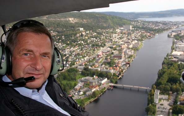 Ordfører Tore O Hansen inspiserer Drammen ifra helikopter-foto-Terje Løchen 4