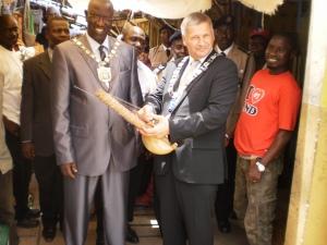 På markedet med ordfører i Gambias hovedstad Banjul.